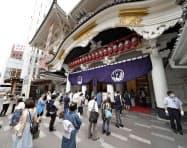 約5カ月ぶりに再開した歌舞伎座で入場のため並ぶ人たち(1日、東京都中央区)=共同