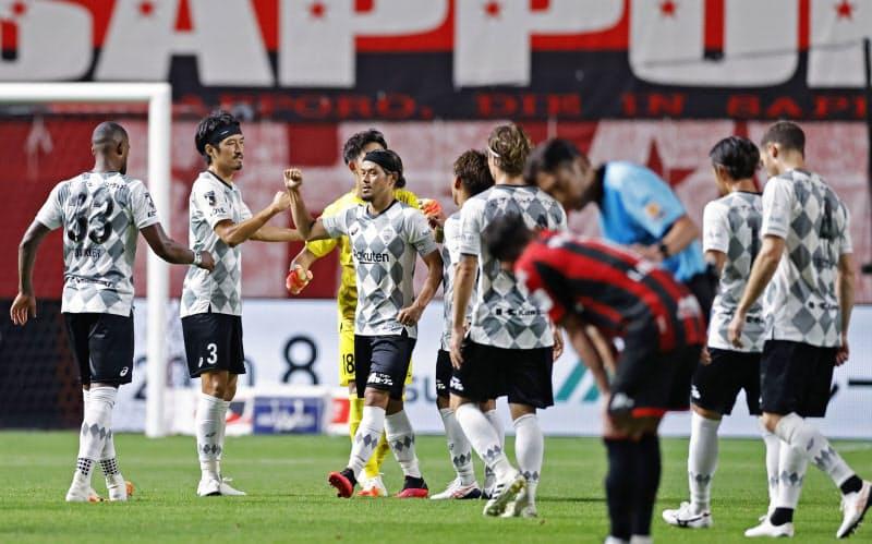 札幌に競り勝ち、タッチを交わす山口(左から3人目)ら神戸イレブン(2日、札幌ドーム)=共同