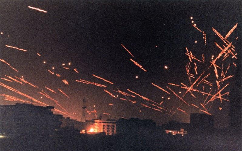 対空曳光弾がバグダッドの街を照らした(1991年1月)=ロイター