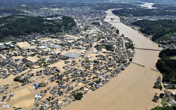 球磨川が氾濫し、水に漬かった熊本県人吉市の市街地=4日午前11時49分(共同通信社ヘリから)