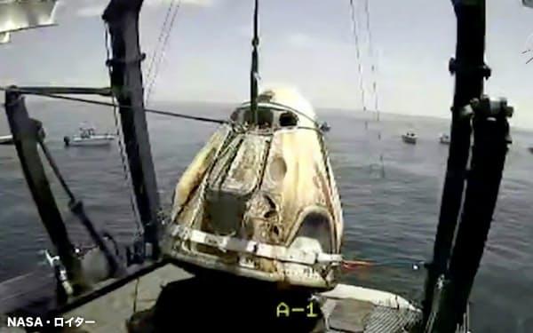 2日、米フロリダ沖で引き上げられたクルードラゴン =NASA・ロイター