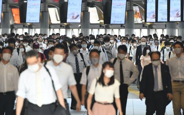 マスク姿で通勤する人たち(8月3日、JR品川駅)