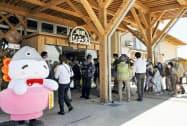 福島県浪江町にオープンした「道の駅なみえ」(1日)=共同
