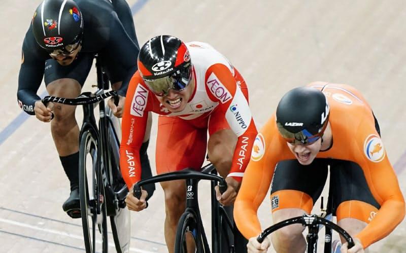 自転車トラック種目世界選手権の男子ケイリン決勝で2位に入った脇本雄太(中央)。右は優勝したオランダのラブレイセン(2月、ベルリン)=共同