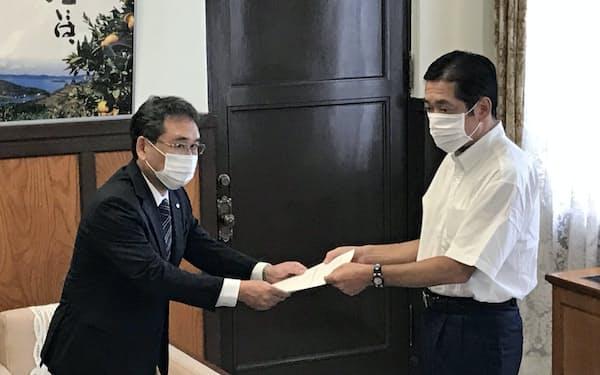 四国電力の長井社長(左)に要望書を手渡す愛媛県の中村知事(3日、県庁)