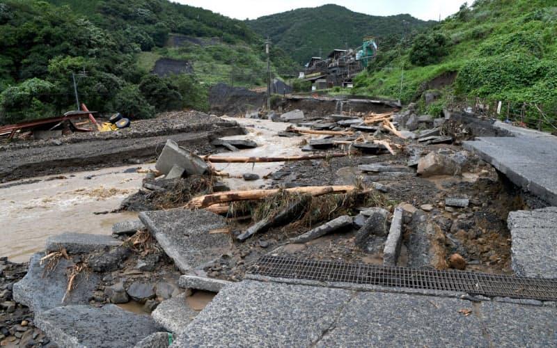 崩落した川沿いの道路(7月6日、熊本県芦北町)