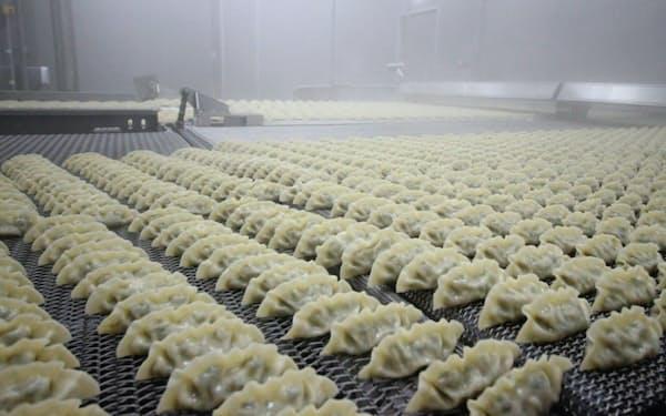 「ビビゴ」のギョーザは餡(あん)が35グラムと、日本で一般的なものと比べて2倍近い(韓国内の同社工場)