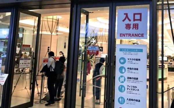 阪急うめだ本店は店舗入り口にサーモグラフィーを再設置した(7月末、大阪市)
