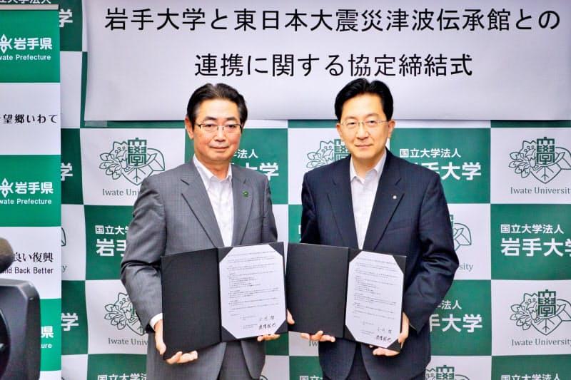 東日本大震災津波の伝承や調査研究などでの連携へ協定を締結した達増知事(右)と小川学長(3日、岩手県庁)