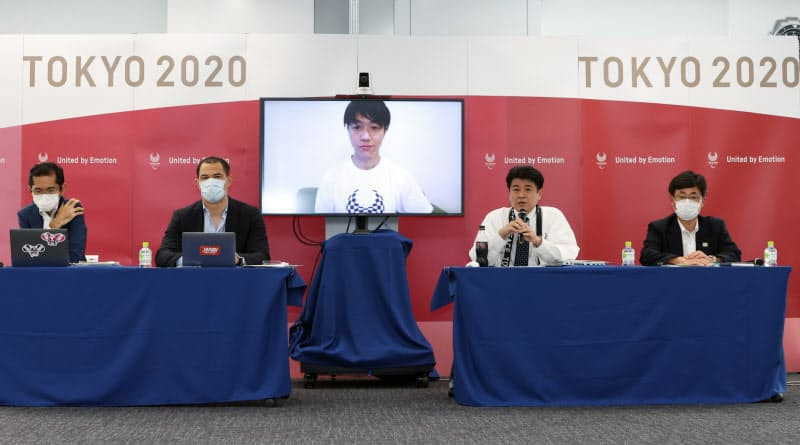 東京パラリンピックの競技日程を発表する、2020年東京五輪・パラリンピック組織委員会の中村英正ゲームズ・デリバリー・オフィサー(右から2人目)、室伏広治スポーツディレクター(左から2人目)ら。中央はリモート出演したパラテコンドー男子の田中光哉選手(3日、東京都中央区)=代表撮影