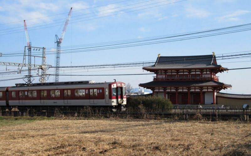 朱雀門の前を走る近鉄電車(奈良市の平城宮跡)