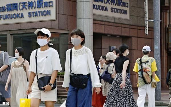 福岡の繁華街・天神をマスク姿で行き交う人たち(2日午後)=共同