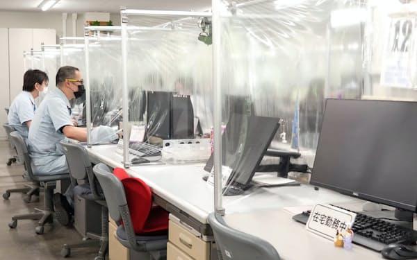 デンソーは机の間をビニールで仕切るなどの感染防止対策を取っている(愛知県西尾市の工場)
