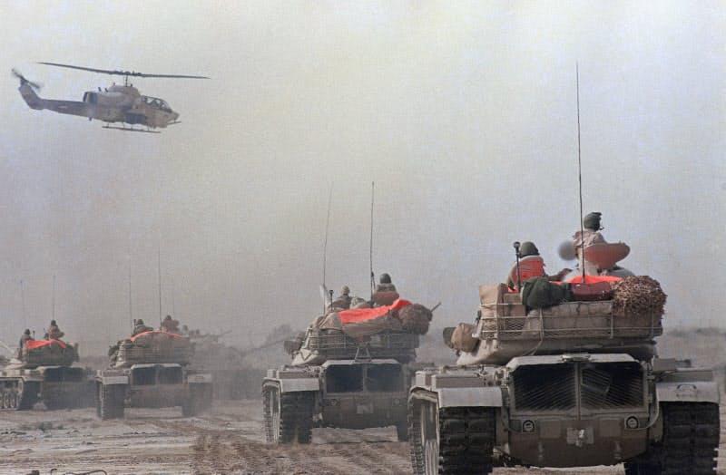 米国主導の多国籍軍がクウェートを解放した(クウェートとサウジアラビアの国境付近、1991年1月=AP)