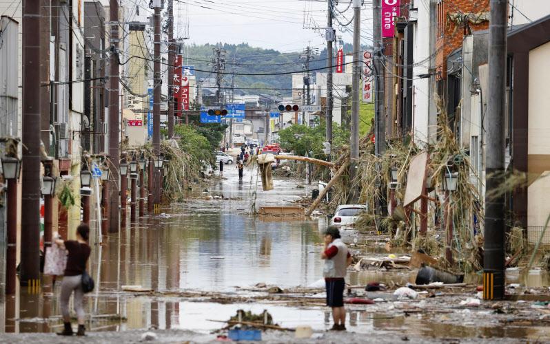 豪雨の影響で水に漬かった熊本県人吉市の市街地(7月4日午後4時9分)=共同