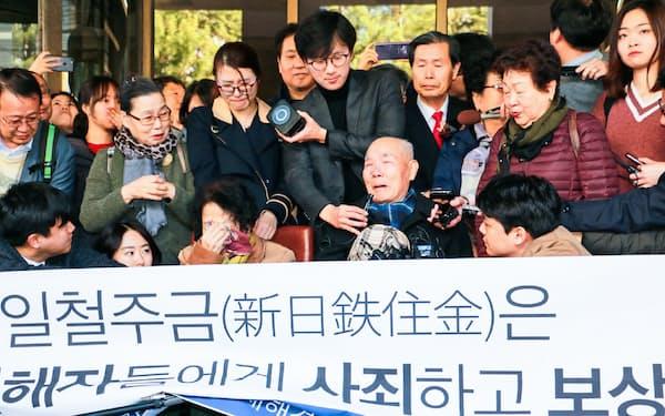 日本企業に賠償を命じた韓国最高裁判決に喜ぶ原告団(2018年10月、ソウル)