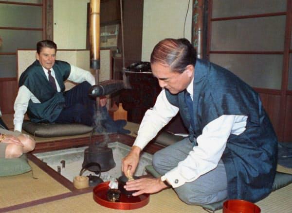来日し、中曽根首相(右)の別荘でもてなしを受けるレーガン大統領(1983年)=共同