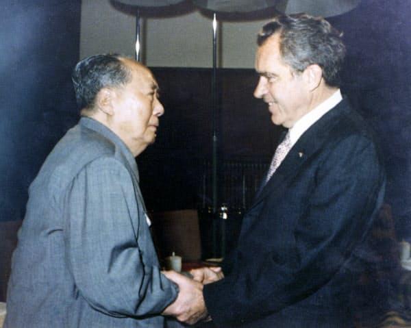 米大統領として初めて訪中し、毛沢東・国家主席(左)と握手するニクソン大統領(1972年2月)=新華社・共同