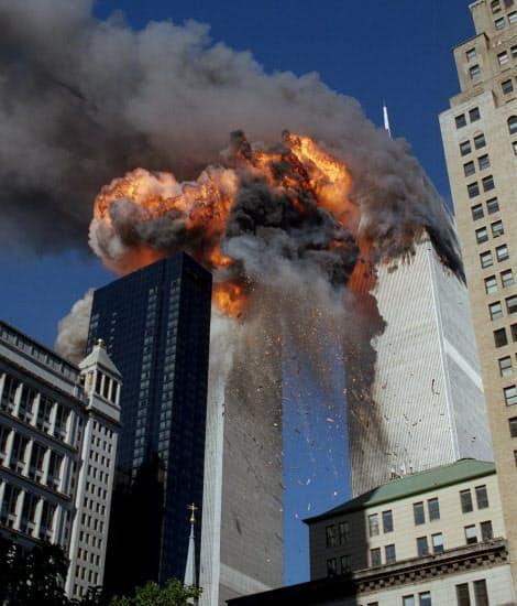 ハイジャックされた2機の旅客機が突っ込み、倒壊するニューヨークの世界貿易センタービル(2001年9月)=AP