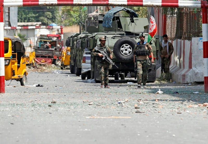 3日、武装集団による刑務所襲撃現場を警戒するアフガニスタンの治安部隊(同国東部ジャララバード)=ロイター