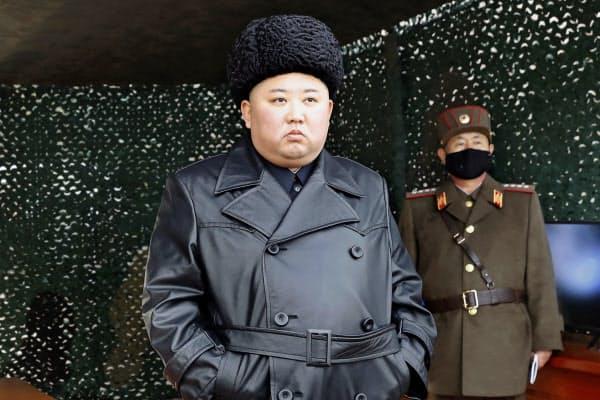 弾道ミサイルとみられる飛翔体の発射を視察する北朝鮮の金正恩委員長(3月、北朝鮮)=AP・朝鮮中央通信