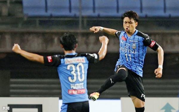 仙台―川崎の後半、逆転ゴールを決め跳び上がって喜ぶ川崎・小林(右)=共同