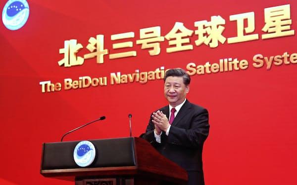 中国版GPS「北斗」の整備計画も2035年を目指している(世界での運用開始を宣言する式典であいさつする習近平氏)=新華社・AP