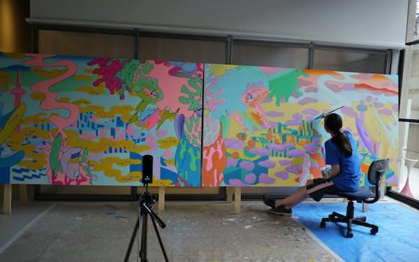 画家の井口真理子さんは、KAGANHOTELで制作風景をユーチューブで配信している
