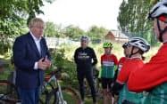 ジョンソン英首相(左)はサイクリングなどの運動も国民に促している(7月、英中部ノッティンガム近郊)=ロイター