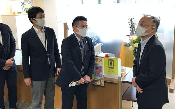 千代田区議会からの委員会出席の申し入れを拒否する石川区長(右)(7月29日)