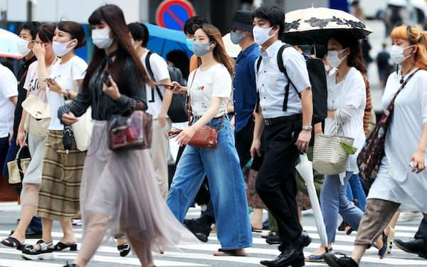 マスク姿で歩く人たち(8月1日、東京都渋谷区)
