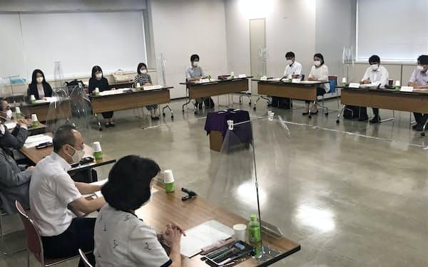 4日に開かれた大阪地方最低賃金審議会の総会(大阪市)