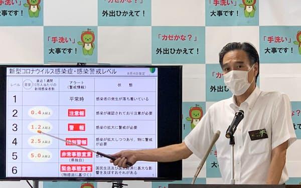 警戒レベルについて説明する阿部知事(4日、長野県庁)