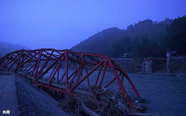 豪雨で流失した熊本県球磨村の球磨川に架かる橋(4日午前)=共同