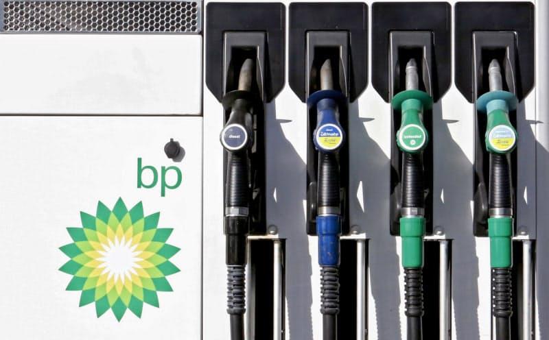 英BPは2030年までに石油・ガス生産量を4割縮小する(ロンドンの給油所)=ロイター