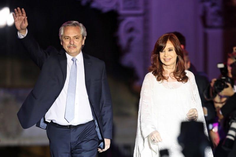 アルゼンチンのフェルナンデス大統領(左)(19年12月、ブエノスアイレス)