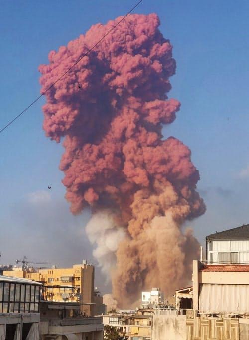 4日、巨大な爆発で立ち上る煙=Talal Traboulsi提供・ロイター