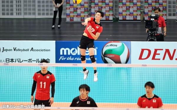 紅白戦でサーブを打つ高橋(奥)。2月、今年の代表登録選手に高校生で唯一選ばれた(日本バレーボール協会提供)