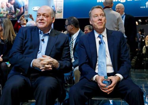 退任するハケットCEO(左)と創業家のフォード会長(2018年のデトロイトモーターショー)=ロイター