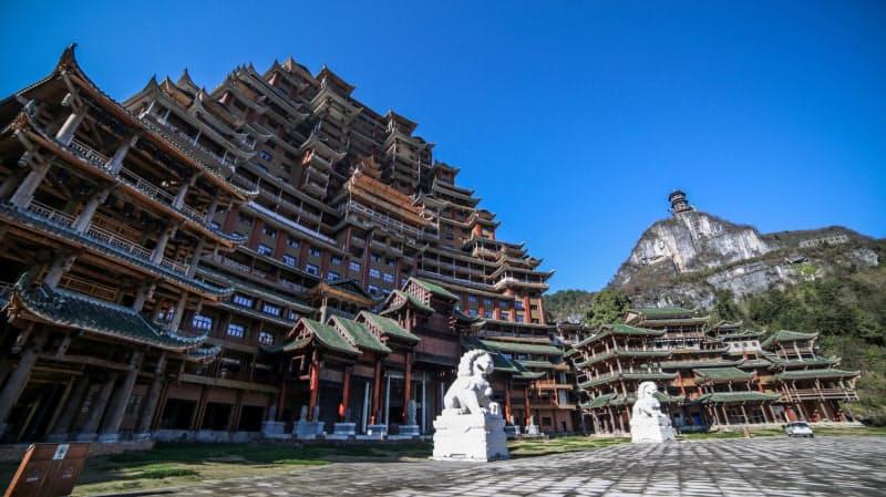 中国の貴州省独山県で未完成に終わっている99メートルの建築物=AP