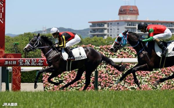 新種牡馬ドゥラメンテの産駒は2日までに6勝と好調だ(6月7日、阪神での新馬戦で同産駒初勝利を挙げたアスコルターレ)=JRA提供