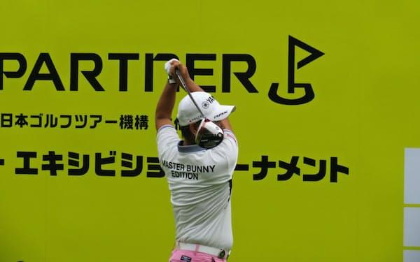 ゴルフパートナー・エキシビションでティーショットする藤田寛之
