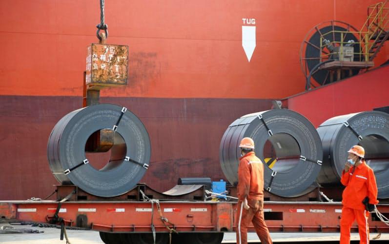 中国は今年4~6月期のGDPが前年同期比3.2%増となり堅調な回復をみせるが…。写真は、江蘇省連雲港から輸出する鉄鋼=ロイター