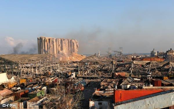 大規模な爆発が起きたベイルートの港湾地区=ロイター