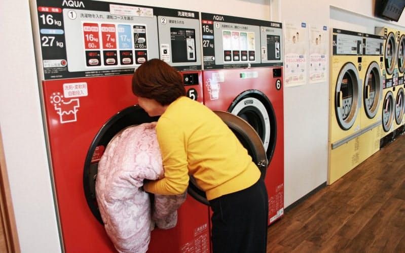 自宅では難しい洗濯ができるのも高級化の理由だ(京都市のAQUAコインランドリー京都久我店)