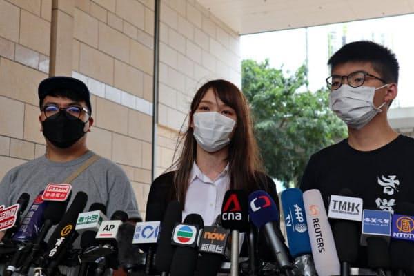 5日、香港の裁判所で記者の質問に答える周庭氏(中)