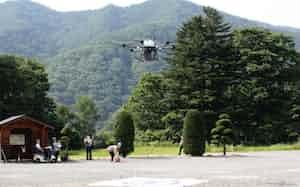 地域の公民館までドローンが荷物を届ける(5日、長野県伊那市)