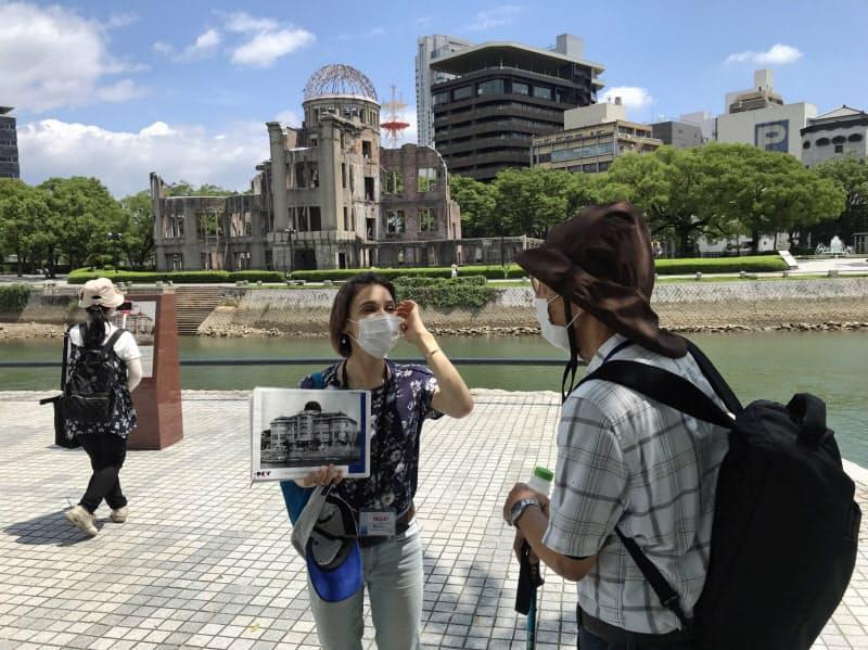 被爆地からの情報発信は若い世代に広がっている(7月31日、広島平和記念公園で)