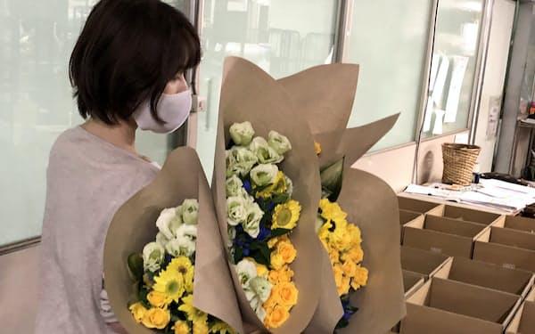 廃棄予定だった花は箱詰めして購入者に届けられる(富山県射水市のJFC配送センター)