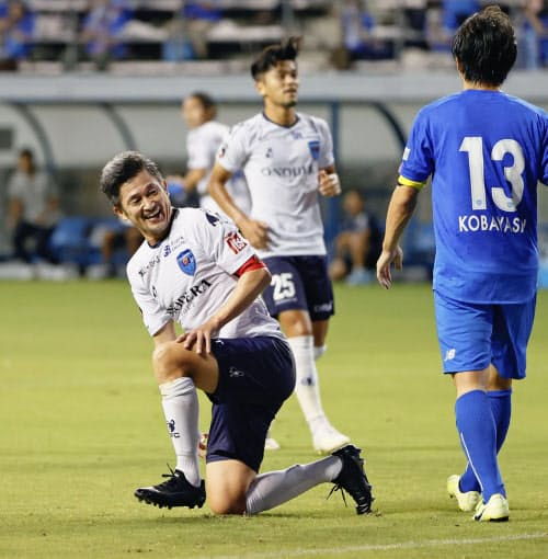 YBCルヴァン・カップの鳥栖戦前半、ヘディングシュートを止められ苦笑いするサッカーJ1横浜FCの三浦知良(左)。大会最年長出場記録を更新した(5日、佐賀県鳥栖市の駅前不動産スタジアム)=共同
